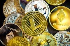 Bitcoin, litecoin, etherium Münzen schließen oben Stockfotografie