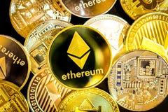 Bitcoin, litecoin, etherium Münzen schließen oben Stockfotos