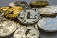 Bitcoin Litecoin krusnings- och streckCryptocurrency mynt Royaltyfria Bilder