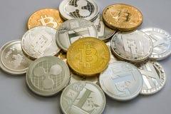Bitcoin Litecoin krusnings- och streckCryptocurrency mynt Royaltyfri Fotografi