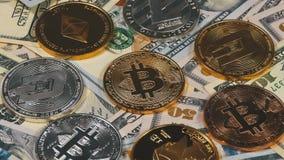 Bitcoin, Litecoin, las monedas de Ethereum y de la rociada, BTC, LTC, ETH, la ROCIADA y las cuentas de dólares están girando almacen de video