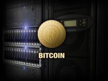 Bitcoin litecoinethereum på PC:N i serverrummet, guld- mynt, kopieringsutrymme, datacenter Affärsidé: cryptocurrencyfeber royaltyfri illustrationer