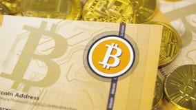 Bitcoin Logo Banknote Falls unten auf Münzen-Stapel stock video footage