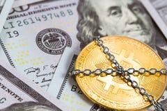 Bitcoin-Logo mit Kette und Dollar Stockbild