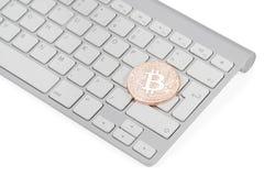 Bitcoin-Münze auf der Tastatur lizenzfreie stockfotografie