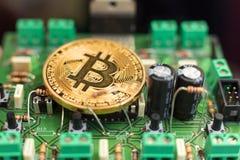 Bitcoin-Münze auf Leiterplatte stockbild