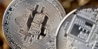 Bitcoin-Münze, cryptocurrency und blockchain Konzept auf goldenem Hintergrund Lizenzfreie Stockfotografie