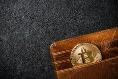 Bitcoin-Münze in der Geldbörse auf schwarzem Hintergrund lizenzfreies stockbild