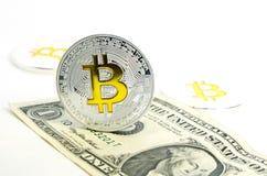 Bitcoin-Münze, die auf Papierdollarschein legt Stockbild