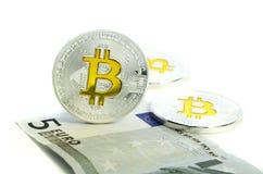 Bitcoin-Münze, die auf Papiereurorechnung legt lizenzfreie stockfotografie