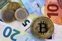 Bitcoin-Münze EU-Eurobanknoten und -cents Stockfotografie