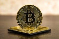 Bitcoin-Münze und Computerprozessor Cryptocurrency-Wirtschaftsgeld Lizenzfreie Stockfotos