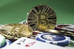 Bitcoin-Münzen mit Pokerkarten und -chips lizenzfreie stockbilder