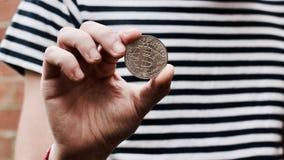 Bitcoin in mano dell'uomo Immagine Stock