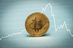 Bitcoin med bakgrund för binär kod Arkivfoto