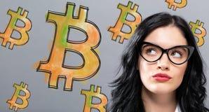 Bitcoin med den unga affärskvinnan Royaltyfri Foto