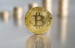 Bitcoin med myntbuntar Arkivfoton