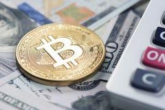 Bitcoin med oss dollar och räknemaskin Arkivfoton