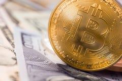 Bitcoin med pengar Arkivfoto