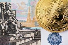 Bitcoin med sedeln för rysk rubel arkivfoton
