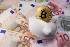 Bitcoin med spargrisen Arkivfoto