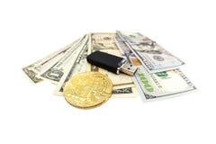 Bitcoin menniczy i dolarowi rachunki Fotografia Stock