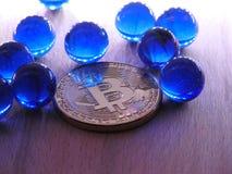Bitcoin met blauw glasmarmer Stock Fotografie