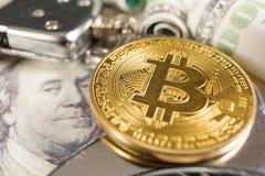 Bitcoin met handcuffs en dollars stock afbeelding
