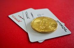 Bitcoin met jokerspeelkaarten stock afbeeldingen