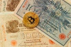 Bitcoin met oud deutschgeld De achtergrond van het Cryptocurrencyconcept Close-up met exemplaarruimte Royalty-vrije Stock Foto's