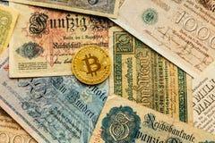 Bitcoin met oud deutschgeld inflatie De achtergrond van het Cryptocurrencyconcept Close-up met exemplaarruimte Stock Foto