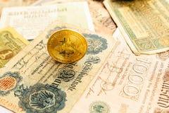 Bitcoin met oud deutschgeld inflatie De achtergrond van het Cryptocurrencyconcept Close-up met exemplaarruimte Stock Foto's