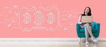 Bitcoin met vrouw die laptop met behulp van stock foto's