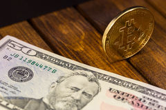 Bitcoin mit Dollar Lizenzfreie Stockfotos