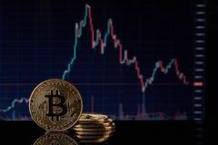 Bitcoin mit einem Diagramm Cryptocurrency Stockfotos