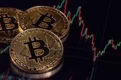 Bitcoin mit einem Diagramm Cryptocurrency Stockbilder