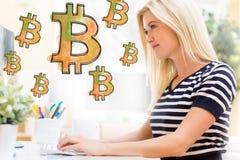Bitcoin mit glücklicher junger Frau vor dem Computer Lizenzfreies Stockbild