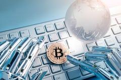 Bitcoin mit globalem Konzept Stockfotos