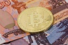 Bitcoin mit Rubeln Lizenzfreies Stockfoto