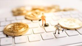 Bitcoin mit weniger Zahl auf Tastatur Stockfotos