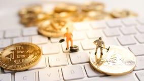 Bitcoin mit weniger Zahl auf Tastatur Lizenzfreie Stockfotos