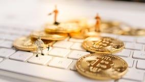 Bitcoin mit weniger Zahl auf Tastatur Lizenzfreie Stockfotografie