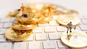 Bitcoin mit weniger Zahl auf Tastatur Stockbilder