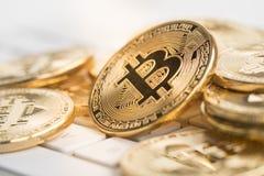 Bitcoin mit weniger Zahl auf Tastatur Stockfoto
