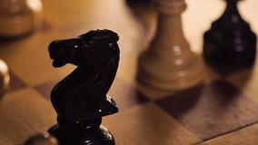 Bitcoin modell Removed från schackbräde med schackpjäsmakro arkivfilmer