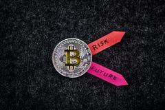 Bitcoin - moeda de prata com setas coloridas Imagens de Stock Royalty Free
