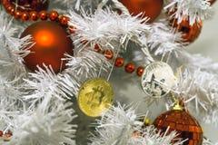 Bitcoin, monero och jul, guld- bitcoin för nytt år Cryptocurrency bitcoin på en julgran fotografering för bildbyråer