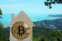 Bitcoin moneta w metalu domu zdjęcia stock
