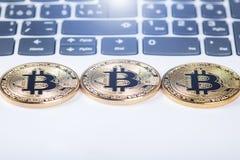 Bitcoin monety na klawiaturze biały laptop Komputer Inwestorska sytuacja Nowa wirtualna waluta Najwięcej wartościowego cryptocurr Zdjęcia Royalty Free