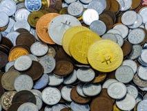 Bitcoin monety na wielkiej stercie monety Obraz Royalty Free